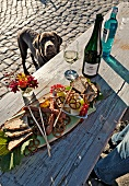 Deutschland, Teller mit Würsten, Brot, Brezeln, Salzstangen, Wein