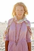 Frau, blond, rosa Shirt, Abendsonne, Strand