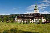 "Hotel ""Schloss Elmau"", Wiesen, Bergpanorama, Oberbayern"