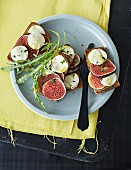 Bread topped with figs and goat's cheese