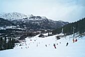 Hemsedal, Skigebiet in Norwegen, Skifahrer, Abfahrt