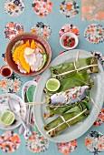 Wolfsbarsch in Bananenblatt gebacken und eingelegtes Gemüse (Vietnam)