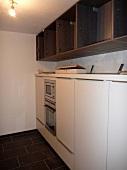 Küchenaufbau: Oberschränke und Mikrowelle