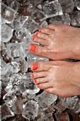 Füße und Eiswürfel