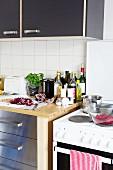 Küchenzeile mit Küchenutensilien & Zutaten in einer Studentenküche