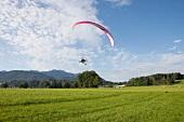 Chiemgau, Bayern, Alpenvorland, Motorschirm, Pilot Anselm Rauh
