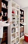 Wohnzimmer, Detail, Bücherregal, Bücherwand, beweglich, Stauraum
