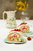 Dinkelbiskuitrolle mit Erdbeeren