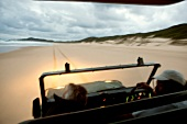 Südafrika, Maputaland Marine Reserve Jeep am Strand, abends