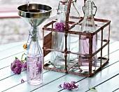 Landküche, Fliedersirup in Flaschen abfüllen