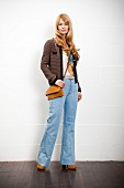 Frau in Marlenehose aus Jeansstoff, , hochgeschnittener Jeans