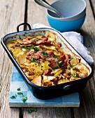 Kartoffel-Steckrüben-Topf aus dem Ofen mit Schweinefleisch