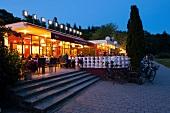 Berlin, Volkspark Friedrichshain, Café Schönbrunn, Terrasse, abends