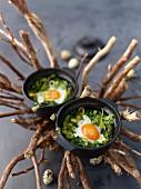 Grüne Oeuf Cocotte (Gestockte Eier, Frankreich)
