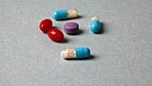 bunte Tabletten und Kapseln X