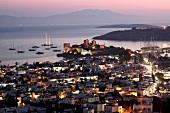 Türkei, Türkische Ägäis, Halbinsel Bodrum, Festung St. Peter, abends
