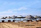 Türkei, Türkische Ägäis, Ayvalik, Badavut Strand, Sonnenschirme