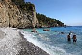 Türkei, Türkische Ägäis, Strand Camel Beach, Felsen, Bucht, Paar