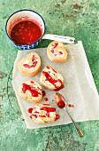 Biskuitrollen mit Erdbeer-Sahne-Füllung