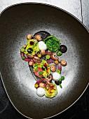 Mini-Tintenfische mit roten Zwiebeln und Salat