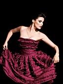 Frau im roten Kleid, konzentrierter Blick, Frau tanzt