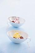 Eisdessert in Eisschalen mit Henkel