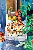 Kleine Tomaten-Focaccia in alter Obstkiste