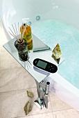 Badewanne, Ablagefläche mit Fernbedienung und Dufthölzer, Spray