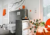 helles Badezimmer, Luxus, großes Fenster, Accessoires orange
