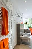 helles Badezimmer, Luxus, WC, Heizkörper, Accessoires orange