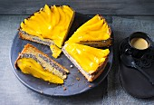 Cheesecake with poppyseeds and mango