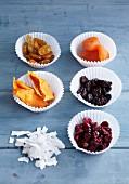 Kokosflocken & verschiedene Trockenfrüchte als Backzutaten
