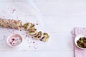 Gebäcktaler mit Pistazien, Cranberries & rosa Pfeffer