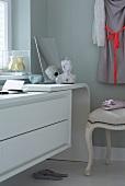 Sideboard mit Spiegel & Büste auf Ablage