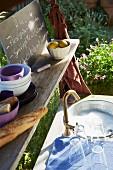 Gläser & Geschirr am Spülbecken im Garten