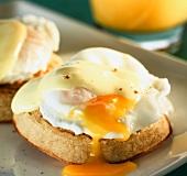 Pochiertes Ei mit Hollandaise auf Biscuit