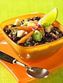 Schwarze Bohnensuppe mit Orangenfilets und Limettenschnitz