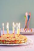 Geburtstagstorte mit Kerzen und Zuckerkonfetti