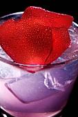 Bugsy's Rose Cocktail mit Rosenblättern und Wodka