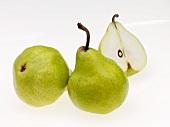Birnenstilleben mit halbierter Birne