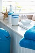 Badutensilien und Seifenschale auf Waschtisch