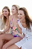 Drei Mädchen mit Wassermelone am Strand