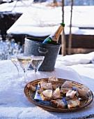 Sekt & Teller mit Speckbroten im Schnee (Chamonix, Frankreich)