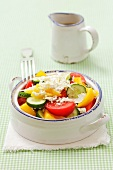 Szopska (Salat mit Gurken, Tomaten, Zwiebeln, Paprika und Schafskäse, Bulgarien)