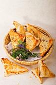 Pikant gefüllte Blätterteigtaschen mit Kümmel