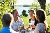 Freunde feiern eine Mittsommerparty in Schweden