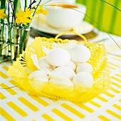 Ostertisch mit Eierkorb und Märzenbechern