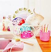 Geschirr trocknet beim Spülbecken