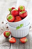 Erdbeeren in gestapelten Backförmchen