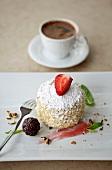 Biskuitgebäck mit Puderzucker und Erdbeere, türkischer Kaffee